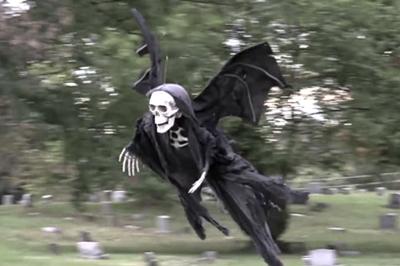 Vid o un squelette volant effraie ceux qui le croisent pour halloween vid o gag look ma - Le jeux de la sorciere qui fait peur ...