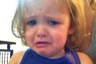 vid o une petite fille mue aux larmes en coutant une chanson vid o enfants look ma. Black Bedroom Furniture Sets. Home Design Ideas